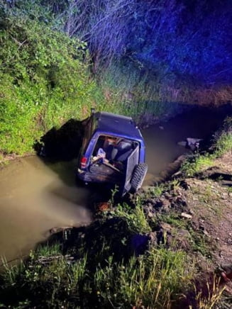 Rebrisoara: Autoturism rasturnat in apa