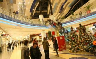 Recordurile Capitalei: primarul Piedone aprinde cea mai mare instalatie de Craciun de interior, din lume
