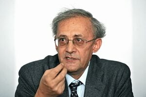 Rectorul UMF Iasi, Vasile Astarastoae, are interdictie sa paraseasca tara - DNA