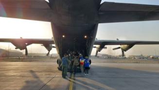 Refugiați afgani sosiți cu o aeronavă Tarom în România. Au fost întâmpinați de ministrul Bogdan Aurescu