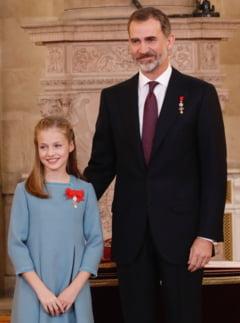 Regele Felipe al Spaniei si-a decorat fiica de ziua lui (Video)