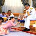 """Regele Thailandei si-a eliberat amanta din inchisoare si a adus-o in haremul sau de 20 de """"soldati ai sexului"""""""