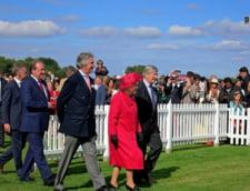 Regina Elizabeth II i-a acordat titlul de cavaler veteranului Tom Moore, care a strans 33 de milioane de lire sterline in sprijinul lucratorilor sanitari