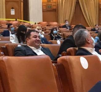 Regulile pandemice, sfidate in serie in Parlament. Un deputat PSD a fost fotografiat fara masca in Plenul Camerei