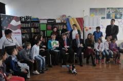 Reprezentantul SUA la Bucuresti le-a citit povesti in limba romana unor copii din Ferentari