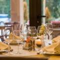 Restaurantele si cinematografele se redeschid la 1 septembrie, in conditii speciale. Raman inchise barurile, cluburile si discotecile