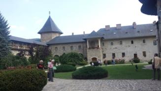 Restaurarea picturii interioare a bisericii Manastirii Sucevita a fost finalizata. Lucrarile au durat 20 de ani