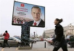 Reuters: Blocata in criza, Romania isi alege presedintele