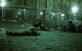 Revolutia 1989. 18 Decembrie, Timisoara. Ceausescu decreteaza stare de necesitate. Un grup de tineri scandeaza pe treptele Catedralei. Au fost ucisi cu rafale de gloante
