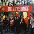 Revolutia 1989. 19 Decembrie, Timisoara. Greva generala la fabrica ELBA, coloane de demonstranti in tot orasul. Generalul Gusa ordona seara retragerea TAB-urilor si militarilor in cazarmi