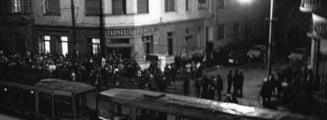 Revolutia din 1989. 16 Decembrie, Timisoara. Poetul Ion Monoran opreste tramvaiele in Piata Maria. Protestul cuprinde intreg orasul