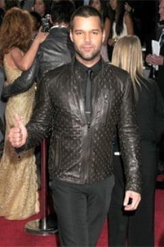 Ricky Martin face reclama unui ruj de buze