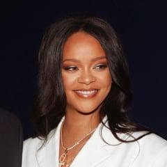 Rihanna a fost fotografiata cu vanatai pe fata. Care este explicatia