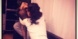 Rihanna si Chris Brown: Mai ieri o batea mar, iar acum il saruta