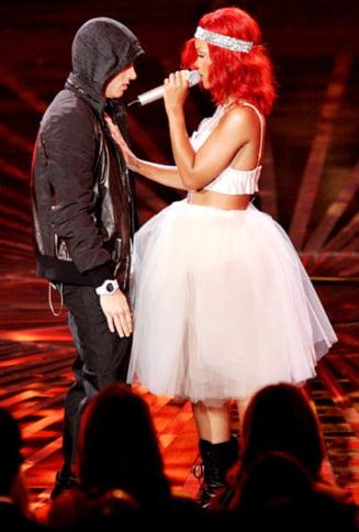 Rihanna si Eminem au raspuns provocarii Ice Bucket chiar in timpul unui concert (Video)