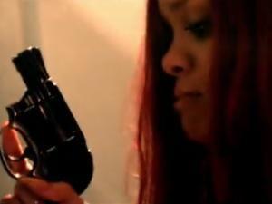 Rihanna trage cu sange rece intr-un om, in noul sau videoclip (Video)