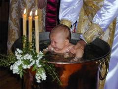"""Ritualul botezului ramane neschimbat. Sfantul Sinod a decis sa pastreze afundarea copiilor in apa. Precizari cu privire la """"ingrijorarile"""" din spatiul public"""