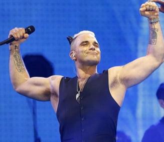 Robbie Williams, gest obscen catre camera de filmat in timpul ceremoniei de deschidere a Cupei Mondiale (Video)