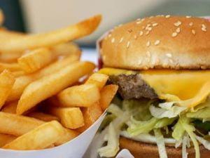 Romalimenta: Taxa pe fast-food va avea efecte economice si sociale negative