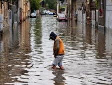 Romania, sub ape. Vant puternic, surpari, drumuri inundate si masini strivite