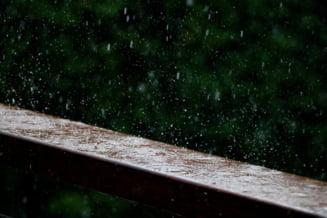 Romania, sub cod galben si portocaliu de ploi marti si miercuri. Furtuni, grindina si vant