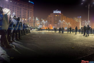 Romania bunului simt: Protestatarii s-au intors in Piata Victoriei pentru a face curatenie dupa huligani