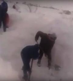 Romania in zapada: Satenii din Dumbraveni si-au deszapezit singuri, cu lopetile, 6 kilometri de drum (Video)