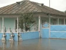 Romania inundata: Scoli si drumuri inchise, trenuri blocate si apa de 1,5 metri