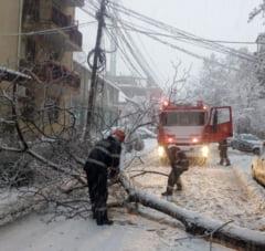 Romania la prima zapada: Sute de mii de oameni in bezna, frig si fara apa potabila. Sau blocati ore intregi pe sosele si in trenuri