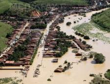 Romania sub ape: Alunecari de teren, drumuri surpate, gospodarii inundate