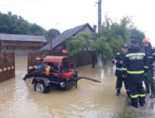 Romania sub ape. Cod portocaliu de inundatii in 3 judete, drumuri nationale inchise si zeci de locuinte inundate