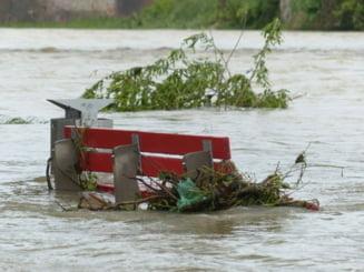 Romania sub ape. Cod portocaliu de inundatii pe rauri din 10 judete si Cod galben in 15 judete. Care sunt zonele afectate
