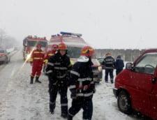 Romania sub zapada: In Timis se inchid scolile luni si marti, detinutii au fost scosi la lopata si un tren a ramas 7 ore blocat pe sine