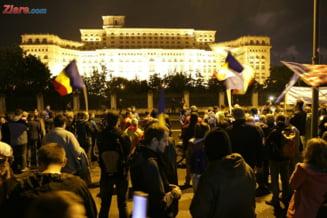 """Romanii au iesit din nou in strada pentru a spune NU gratierii coruptilor. """"Nu vrem sa fim o natie de hoti!"""" Manifestantii au mers la Parlament pentru a le arata alesilor ca sunt cu ochii pe ei"""