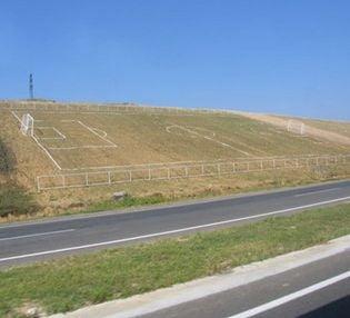 Romanii construiesc un stadion... in panta!