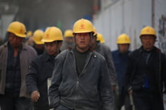 Romanii pleaca la munca in strainatate, asa ca Ministerul Muncii vrea sa dubleze numarul de muncitori straini