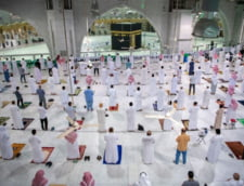 Rugaciunile la marea moschee din Mecca, reluate dupa sapte luni de pauza. 15.000 de credinciosi pe zi, autorizati pentru pelerinajul musulman