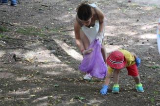 S-a intamplat la Botosani! Copii implicati intr-o actiune de curatenie la un loc de joaca, a fost chemata Politia, gunoiul a fost pus la loc - FOTOGALERIE