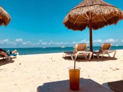 S-a intamplat pe o plaja din Grecia. Discutia amuzanta surprinsa de un turist intre doua familii de romani si un grec