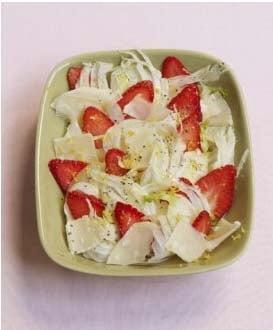 Salata alba-rosie, cu capsune, fenicul si parmezan
