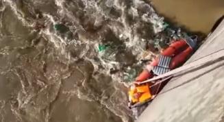 Salvare spectaculoasa pe Olt: Au intervenit alpinistii (Video)