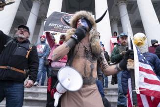 Samanul devenit celebru dupa asaltul de la Capitoliu ii cere lui Donald Trump gratierea