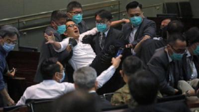 Sapte membri ai opozitiei din Hong Kong, inclusiv patru deputati, arestati in urma unor ciocniri din Parlament