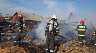 Sarbii Magura: Locuinte din doua gospodarii, distruse de un incendiu puternic. O femeie a ajuns la spital