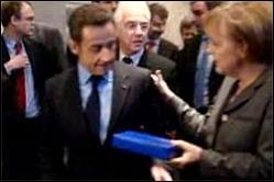 Sarkozy ridiculizat de Angela Merkel, pe tema stiloului luat de la Bucuresti (VIDEO)