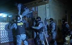 Sase craioveni in arest dupa descinderile la traficanti de minore