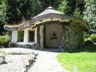 Satul din Buzau cu casute eco: Sunt facute din lut si sticla, iar pe acoperis creste iarba