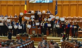 Scandal cu proteste in Parlament: Hotii! Rusine sa va fie! Sedinta s-a suspendat (Galerie foto&Video)