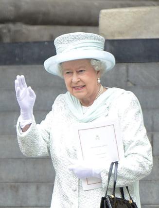Scandal in Anglia dupa publicarea unei fotografii cu regina Elisabeta facand salutul nazist (Video)