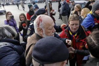 Scandal in Piata Universitatii, dupa ce Gelu Voican Voiculescu a venit la comemorarea victimelor Revolutiei: Mi-ai omorat copiii, nenorocitule!